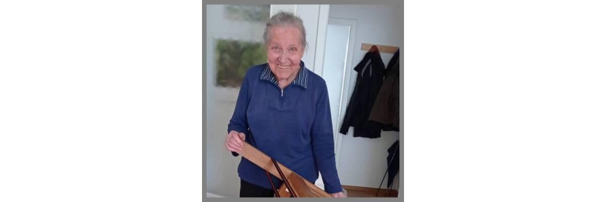 Eine Kundin zeigt uns ihr Projekt. 70 Jahre altes Eigenbau Sofa mit wenigen Handgriffen und einfachen Mitteln gerettet! - 70 Jahre altes Sofa mit einfachen Mitteln gerettet! So geht\'s!